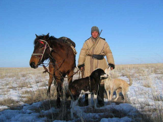 Kasachischer Hirte mit Pferd und Hunden