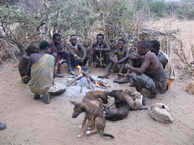 Hadzabe-Männer mit ihren Hunden